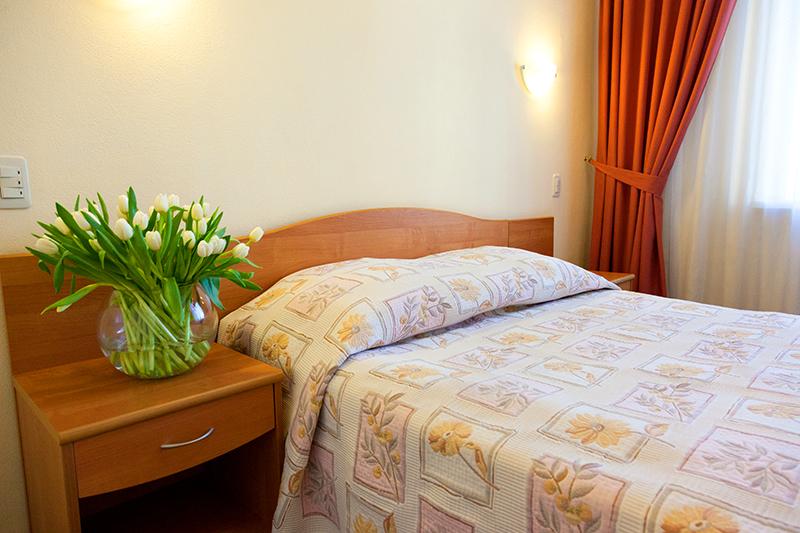 Вместительный улучшенный номер в гостинице Максима Заря