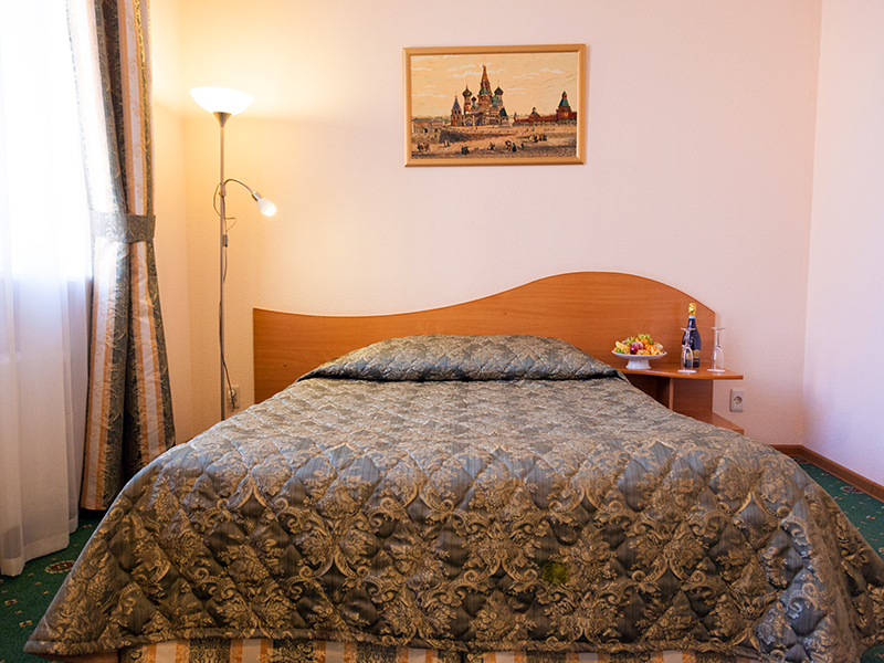 Комфортный номер студия с большой двухместной кроватью в гостинице Максима Заря